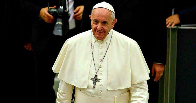 """Migranti, il monito di papa Francesco: """"Tutti sono tenuti a osservare i limiti imposti dal diritto internazionale umanitario"""""""