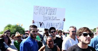 """Salvini a Policoro, striscioni contro il vicepremier: """"Ingresso 5 rubli, il Sud non dimentica"""""""