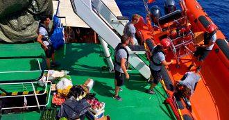 """Migranti, Open Arms salva altre 39 persone. A bordo da 9 giorni ci sono già 121 naufraghi. Viminale: """"Divieto d'ingresso a Ocean Viking"""""""