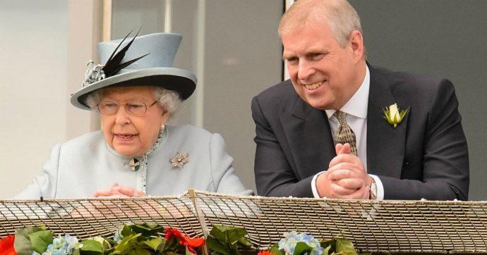 Principe Andrea, il figlio della regina Elisabetta immortalato mentre esce da casa di Epstein: il video che imbarazza Buckingham Palace