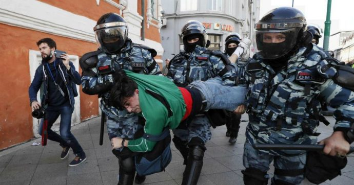 """Mosca, quinto sabato di proteste antigovernative: migliaia in piazza e almeno 136 fermi per manifestazioni """"non autorizzate"""""""