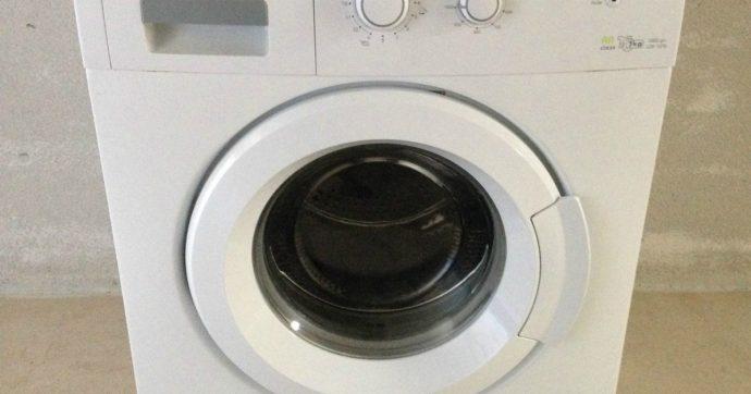 Bambino di 3 anni gioca a nascondino con il fratello e si infila nella lavatrice: muore asfissiato