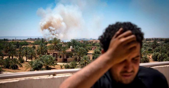 Libia, auto esplode a Bengasi: morti tre membri dell'Onu e due civili. Violata la tregua prevista fino a lunedì: bombardato l'aeroporto