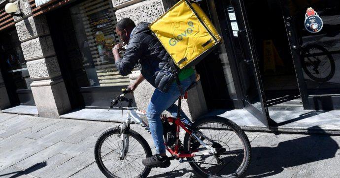 """Torino, rider multati per mancanza di caschi e fanalini. Sindacati: """"Leggi in vigore obbligano le aziende a fornirli"""""""