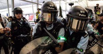 """Hong Kong, cariche e scontri nell'aeroporto. Pechino alle Nazioni Unite: """"Stop interferenze"""". Trump: """"La Cina invia l'esercito al confine"""""""