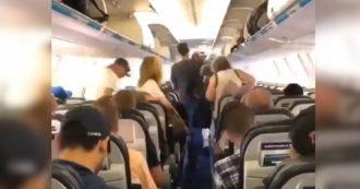 E voi come vi comportate all'uscita dall'aereo? La lezione di questi passeggeri è da applausi
