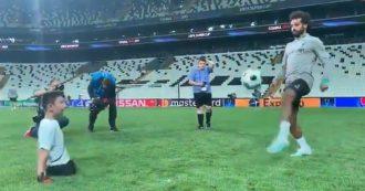 Liverpool, il palleggio più bello di Salah: il video dell'attaccante col bambino senza gambe