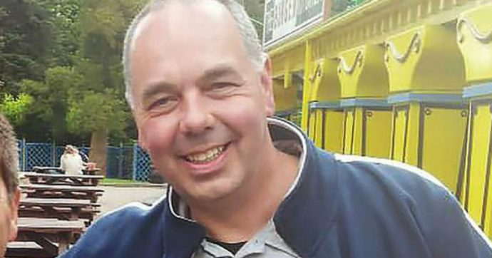 Dipendente si allontana dalla cassa per inseguire un ladro nel supermercato e viene licenziato: dopo un mese si suicida