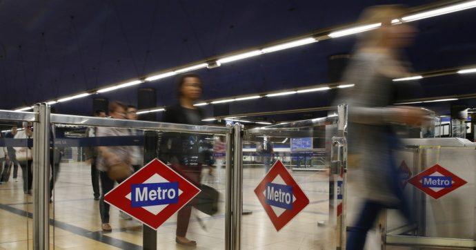 Monaco, 31enne salva un ragazzino da un pedofilo guardando il suo telefono in metropolitana: uomo arrestato per 4 abusi