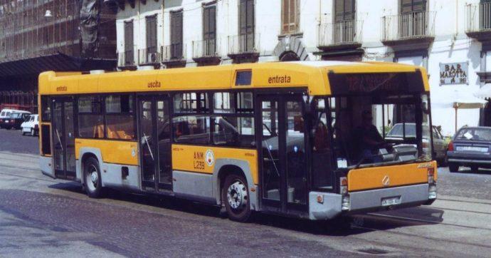Napoli, 28enne sale su bus diretto all'ospedale senza biglietto perché sono iniziate le doglie: controllore la multa e la fa scendere