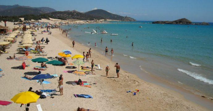 Sardegna, coppia di turisti francesi ruba 40 chili di sabbia di Chia: fermata all'imbarco