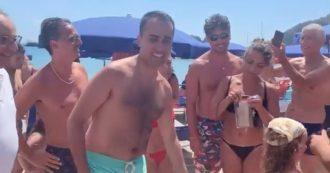 """Palinuro, Di Maio in spiaggia tra selfie e consigli tattici: """"Sfiducia Salvini"""". Lui: """"Non molliamo"""""""