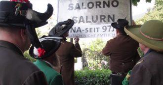 Alto Adige, la protesta degli Schuetzen per la toponomastica: coprono 600 cartelli tedeschi