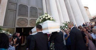 """Nadia Toffa morta, centinaia di persone ai funerali a Brescia. Il ricordo della nipote: """"Avrei voluto godere di più del tuo amore"""" – FOTO"""