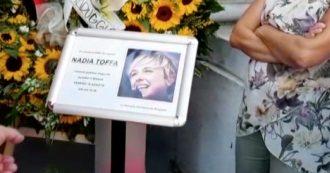 Nadia Toffa, il duomo gremito per l'ultimo saluto: il lungo applauso all'arrivo della bara