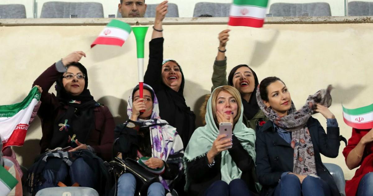 In Iran hanno arrestato le donne che si erano travestite da uomini per entrare allo stadio