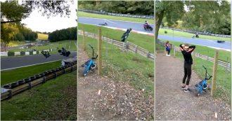 La carambola in pista è impressionante: il motociclista vola e l'avversario lo schiva