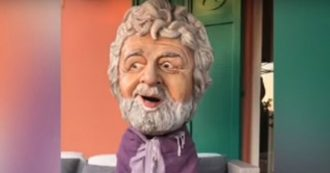 """Beppe Grillo: """"Da Salvini pugnalata. Ma i ragazzi assorbono bene. Il momento è magico"""". E in video finge di dialogare con Bossi"""