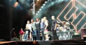 Foo Fighters, ecco come si comporta una vera rock star: Dave Grohl invita sul palco il fan in carrozzina e fa il gesto più bello