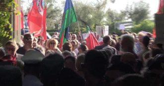 Marina di Pietrasanta, Salvini contestato al suo arrivo alla Versiliana: fischi e slogan