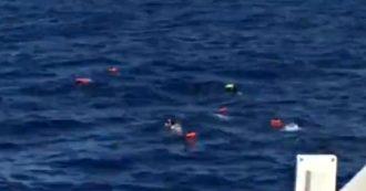 """Migranti, altri nove naufraghi si gettano dalla Open Arms. Ong: """"Situazione fuori controllo"""""""
