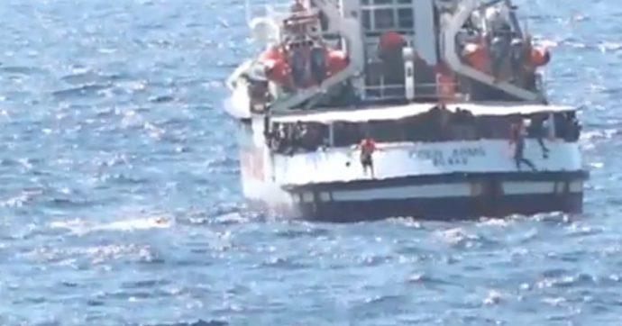 """Migranti, Alarm Phone: """"Barca in pericolo con 50 persone forse respinta da guardia costiera libica. Persi i contatti"""""""
