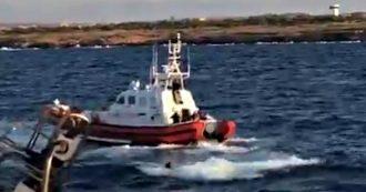 Migranti, naufrago si getta in mare dalla Open Arms: recuperato dalla Guardia costiera
