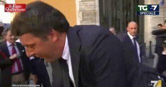 """Crisi, Renzi scavalca una transenna per accedere al Senato. L'inviato Celata: """"No, ora casca"""""""