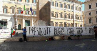 """Governo, Di Maio scrive a Conte: """"Forza amico mio, sei una perla rara"""". Spunta striscione a Montecitorio: """"Presidente, l'Italia ti ama"""""""