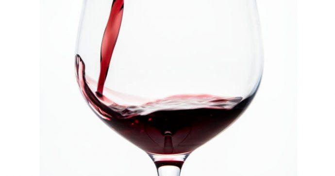 """Il vino fa dimagrire? La ricerca canadese: """"Uno o due bicchieri prima di andare a dormire fanno perdere peso"""""""