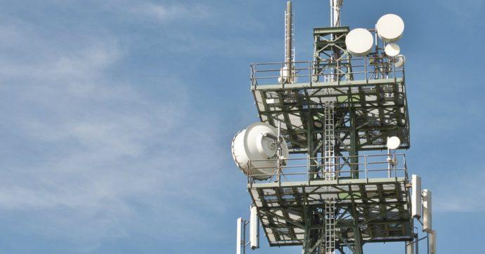 5G, governo contro gli enti locali: oltre 200 sindaci fermano l'installazione delle antenne, ma il dl Semplificazioni vieta le ordinanze