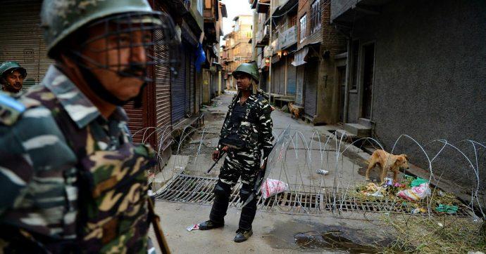 Kashmir, altri due morti negli scontri al confine tra India e Pakistan. Almeno 2.300 persone in stato d'arresto