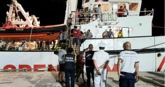 """Open Arms, sbarcati a Lampedusa gli ultimi 83 migranti. La Ocean Viking ancora in attesa: """"Ora date a noi un porto sicuro"""""""