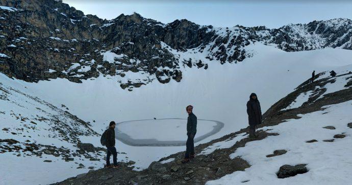"""Himalaya, il """"lago degli scheletri"""": l'analisi genetica infittisce il mistero sul bacino d'acqua che raccoglie centinaia di ossa di esseri umani"""