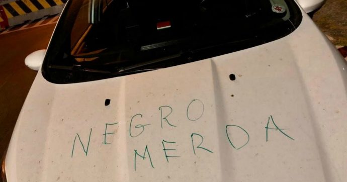 """Roma, scritta razzista sull'auto di un medico della Croce Rossa: """"Negro di m****"""". La vittima: """"Vigliacchi che poi si nascondono"""""""