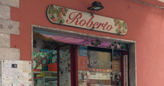"""A Taormina in vendita """"Mafiosi al pistacchio"""" e """"Cosa nostra alle mandorle"""". Il sindaco: """"Togliere quei nomi"""". Il pasticciere: """"Qui è pieno di gadget con il nome della mafia"""""""