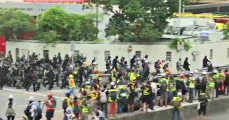 Hong Kong, dodicesimo weekend consecutivo di proteste: lanci di molotov e scontri tra manifestanti e polizia