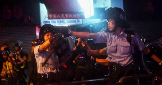 Hong Kong, ancora scontri fra polizia e manifestanti: idranti e spari in aria. Pistole puntate contro attivisti e giornalisti