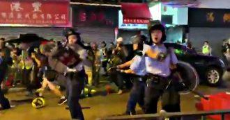 Hong Kong, nuovi scontri: polizia punta la pistola contro manifestanti e giornalisti