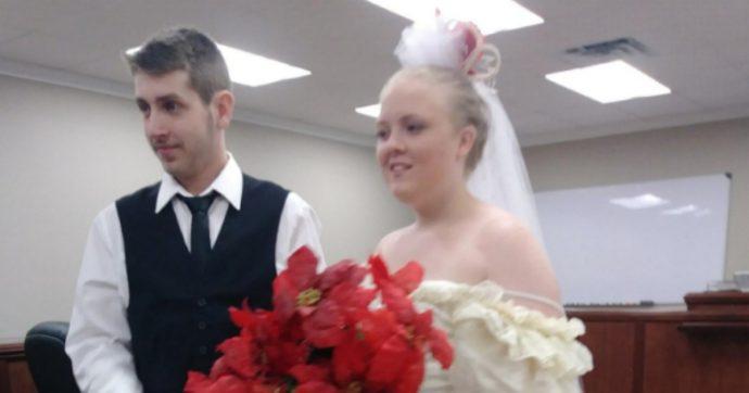 """Due ventenni si sposano e muoiono in un incidente d'auto subito dopo la cerimonia. La madre dello sposo: """"Ho visto il mio bambino morire"""""""