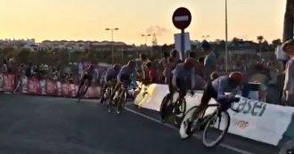 Ciclismo, parte con una brutta caduta la Vuelta di Fabio Aru: il compagno di squadra scivola in curva e trascina tutti gli altri