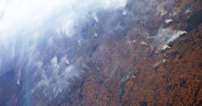"""Luca Parmitano, l'astronauta fotografa la foresta amazzonica in fiamme: """"Il fumo si vede per migliaia di chilometri"""""""