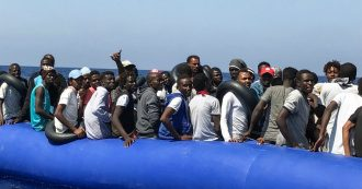 """Lampedusa, si rovescia un barcone al largo dell'isola dei Conigli: salvati 143 migranti. Due naufraghi: """"Le nostre mogli sono disperse"""""""