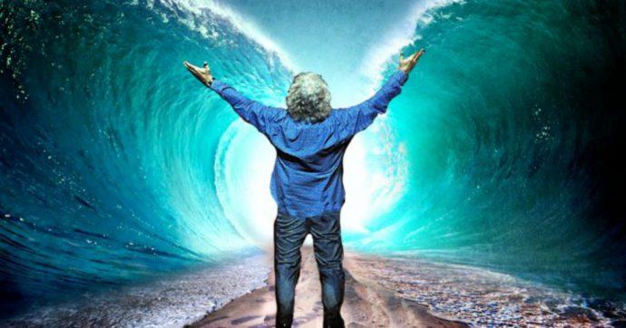 """Beppe Grillo si presenta come Mosè che apre le acque: """"Ho incontrato Dio. Mi ha detto di lasciare che la Babele si scateni"""""""