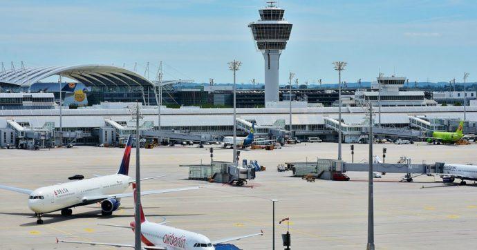 Apre la porta sbagliata, preme un pulsante e manda in tilt l'aeroporto di Monaco: 130 voli cancellati