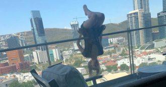 Fa yoga sul balcone e cade nel vuoto: 23enne si rompe 110 ossa