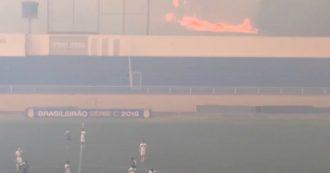 L'Amazzonia brucia e i giocatori scendono in campo. Fiamme a un passo dallo stadio: partita sospesa