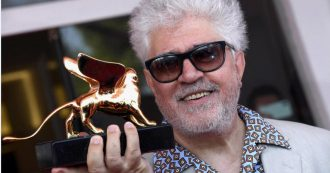 Mostra del cinema di Venezia 2019, un commosso Pedro Almodòvar riceve il Leone d'Oro alla Carriera