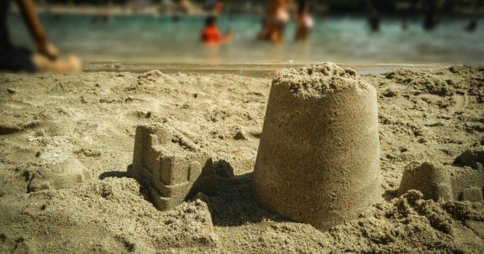 """Venezia, vietati i castelli di sabbia in spiaggia: """"Sono pericolosi, ragioni di sicurezza"""""""