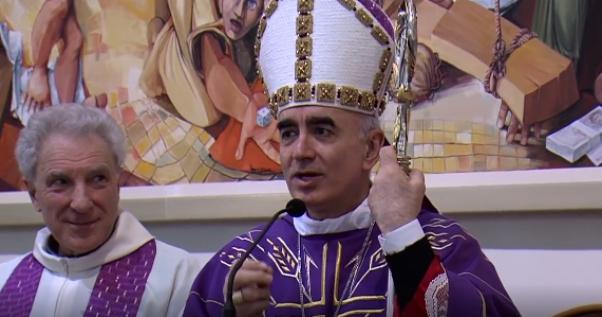 Noto, il vescovo canta Mengoni a messa e fonda la 'pop-theology'. E non è una provocazione